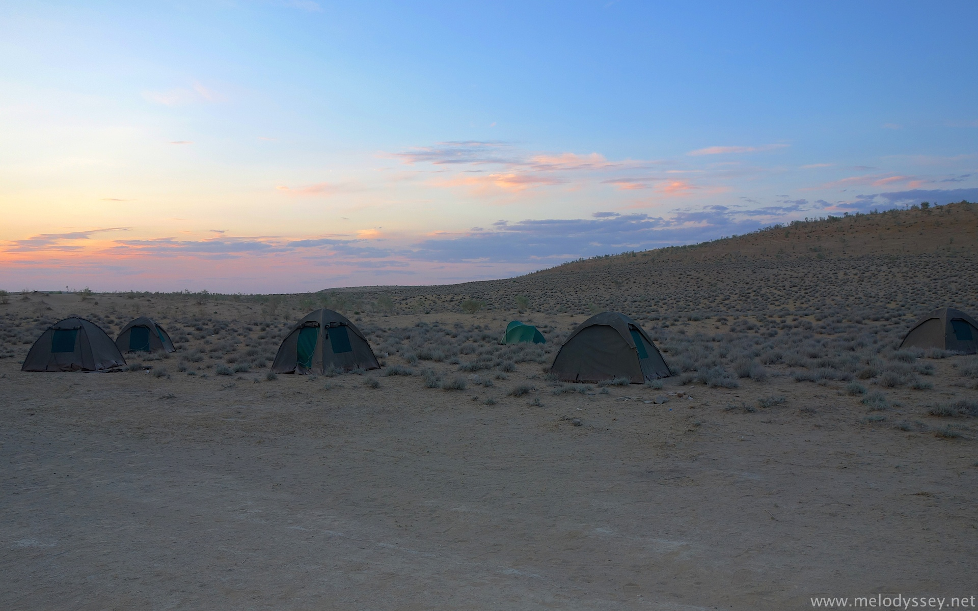 camping-tents-in-the-dessert-turkmenistan