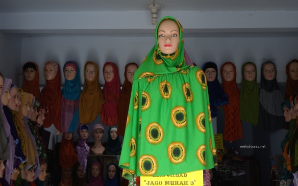 mannequin-green-yellow-shawl-blitar-java-indonesia