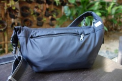 Pacsafe-Slingsafe-250-Bag-zipped-up